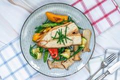Bifteck grillé de flétan avec des légumes photo libre de droits