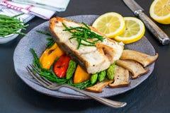 Bifteck grillé de flétan avec des légumes images libres de droits