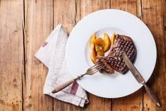 Bifteck grillé de New York avec des cales de pomme de terre Images libres de droits