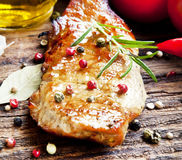 Bifteck grillé de porc avec Rosemary et légumes Image libre de droits