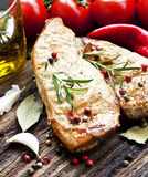 Bifteck grillé de porc avec Rosemary et légumes Photo libre de droits