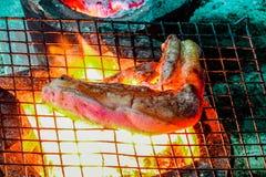 Bifteck grillé de porc sur la grille de gril, flammes sur le fond Barbecue et gril, nourriture délicieuse photographie stock