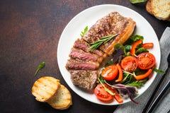 Bifteck grillé de striploin de boeuf avec la vue supérieure de salade fraîche photographie stock
