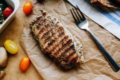 Bifteck grillé esthétique avec des légumes Photos stock
