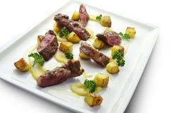Bifteck grillé par coupe de plat de viande avec les pommes de terre et le persil Image libre de droits