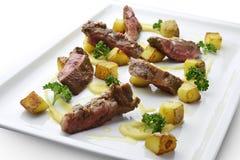 Bifteck grillé par coupe de plat de viande avec les pommes de terre et le persil 1 psd Images libres de droits