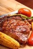 Bifteck grillé de ribeye avec du maïs Image libre de droits