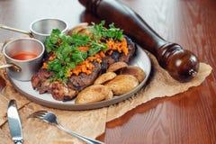 Bifteck, herbes et épices grillés de boeuf de ribeye Vue supérieure Photographie stock libre de droits