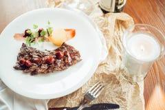 Bifteck, herbes et épices grillés de boeuf de ribeye Vue supérieure Photo libre de droits