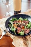 Bifteck, herbes et épices grillés de boeuf de ribeye Vue supérieure Image stock