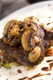 Bifteck juteux avec des champignons de couche Images libres de droits