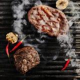 Bifteck juteux chaud de Ribeye sur le fond de gril de barbecue images libres de droits