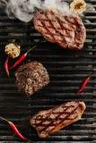 Bifteck juteux chaud de Ribeye sur le fond de gril de barbecue photos libres de droits