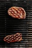 Bifteck juteux chaud de Ribeye sur le fond de gril de barbecue images stock
