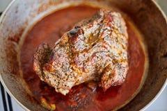 Bifteck juteux dans une poêle photo stock