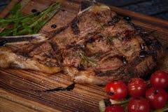 bifteck juteux, frit, tendre avec des légumes et sauces sur un support spécial photo libre de droits