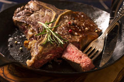 Bifteck à l'os dans une casserole Image stock