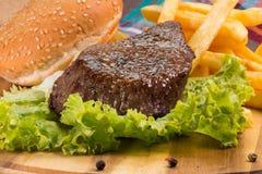Bifteck, pommes frites et légumes grillés Images libres de droits