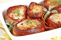 Bifteck rôti de porc enveloppé en lard images stock