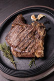 Bifteck rare grillé de nervure photographie stock