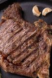 Bifteck rare grillé de nervure image stock