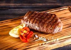 Bifteck Ribeye aux oignons et aux tomates-cerises frits Image libre de droits