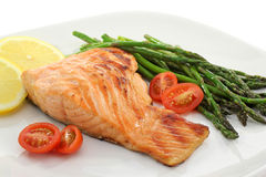 Bifteck saumoné avec des légumes Image libre de droits