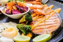 Bifteck saumoné avec l'oeuf et la salade Image stock
