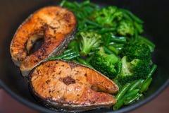 Bifteck saumoné avec le brocoli et les haricots verts Photo libre de droits