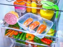 Bifteck saumoné cru dans le réfrigérateur ouvert Images libres de droits