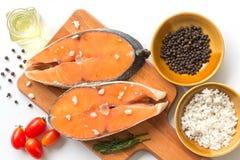 Bifteck saumoné cru saumoné de poisson frais avec le poivre de sel de mer et l'mauvaise herbe d'aneth d'isolement sur un fond bla image libre de droits