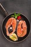 Bifteck saumoné et ingrédients frais pour faire cuire sur une casserole de gril Photographie stock libre de droits