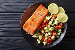 Bifteck saumoné frit avec le plan rapproché de Salsa de tomate d'avocat horizontal image stock
