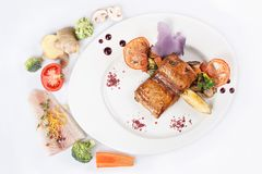 Bifteck saumoné grillé de poissons sur le plat blanc Images libres de droits