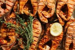 Bifteck saumoné grillé sur flamber Fin vers le haut photographie stock