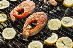 Bifteck saumoné grillé sur flamber Vue de côté image libre de droits