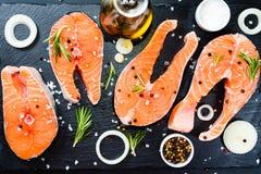 bifteck saumoné, poivre et sel, herbes sur la table concrète en pierre noire, vue supérieure de l'espace de copie photos libres de droits