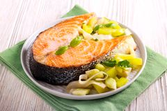 Bifteck saumoné rôti avec de la salade Image stock