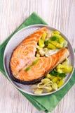 Bifteck saumoné rôti avec de la salade Photos libres de droits