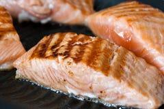 Bifteck saumoné sur le carter de gril Image libre de droits