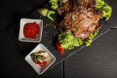 Bifteck savoureux avec le poivre de sauce tomate, d'ail et de piment Restaurant photo libre de droits
