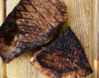 Bifteck sur le conseil en bois Photographie stock libre de droits