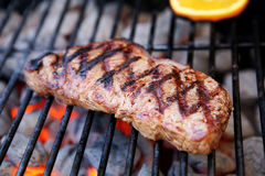 Bifteck sur le gril photographie stock