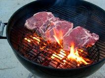 Bifteck sur le gril Photo libre de droits