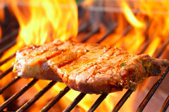 Bifteck sur le gril avec des flammes Images stock