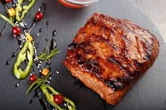 Bifteck sur le tableau noir d'ardoise Image libre de droits