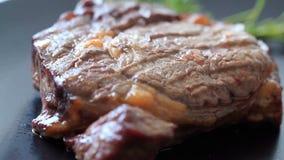 Bifteck sur un plat banque de vidéos