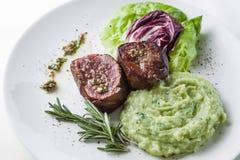 Biftecks avec de la laitue Images stock