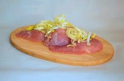 Biftecks crus de porc sur une vue de planche à découper Photographie stock libre de droits
