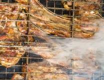Biftecks d'échine de bande sur le barbecue photographie stock